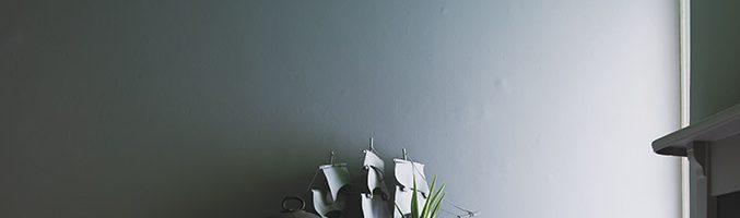 Peinture à l'eau de Farrow and Ball (mat au plafond et satiné sur les murs)