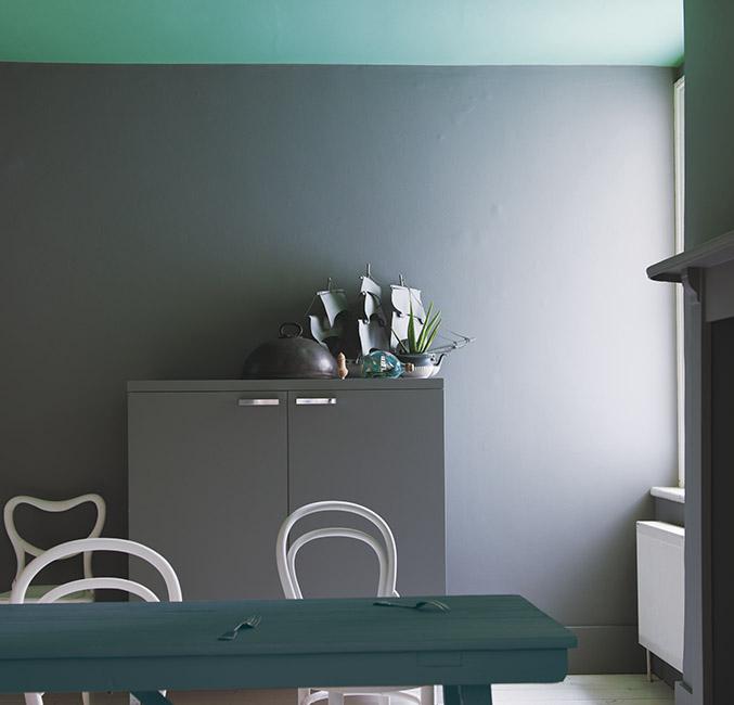 Peinture mat au plafond et satiné sur les murs (marque Farrow and Ball)