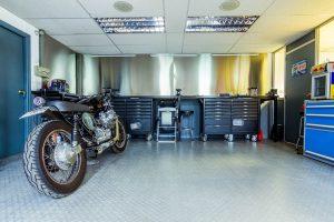 Garage accolé avec sol en acier