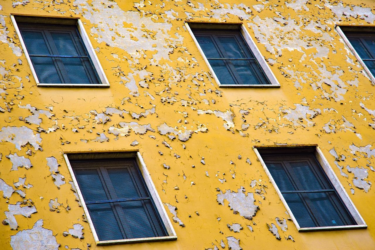 Mur extérieure en peinture abimée avant un ravalement