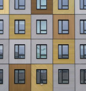 Facade d'immeuble avec fenêtre en aluminium