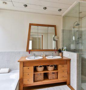 salle de bain en bois et carrelage