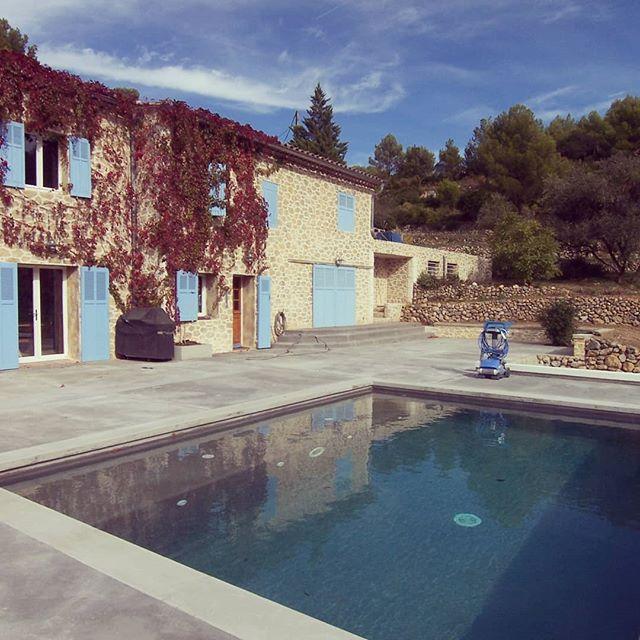 Terrasse béton autour d'une piscine